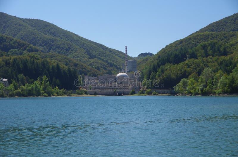 Vista do lago Brasimone e do central nuclear demitido imagens de stock