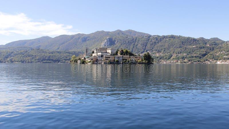 Vista do lago calmo Orta fotos de stock royalty free