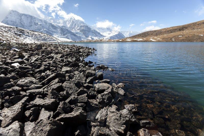 Vista do lago de gelo Kicho Tal 4600 m Himalaia, Nepal, Annapurna Conservation Area imagem de stock