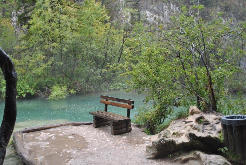 Vista do lago durante a chuva imagens de stock