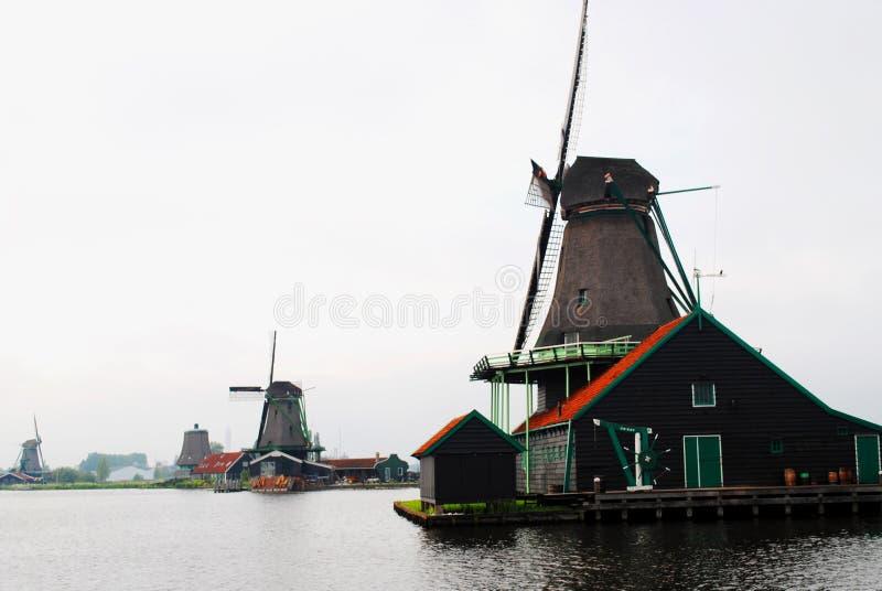 Vista do lago em uma vila holandesa pequena e em moinhos de vento foto de stock