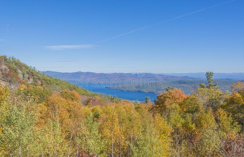 Vista do lago George With Fall Scenery fotos de stock
