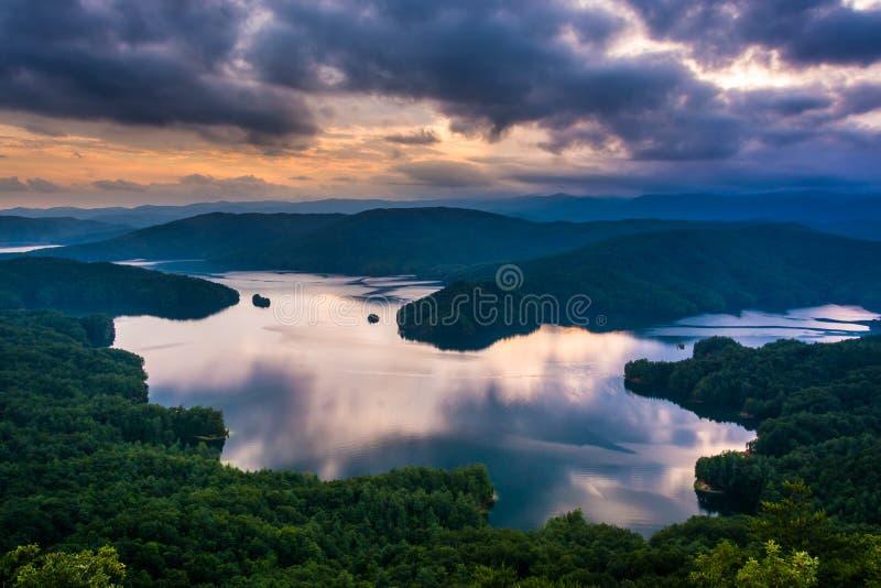 Vista do lago Jocassee no por do sol, do salto fora da rocha, Ca sul fotografia de stock