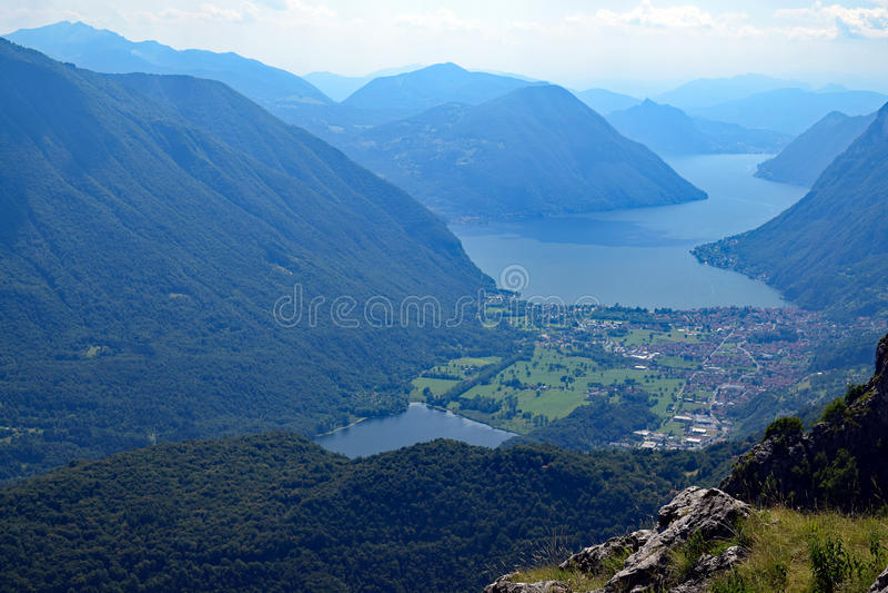 Vista do lago Lago e do Suíça da montagem Grona, Itália imagem de stock royalty free