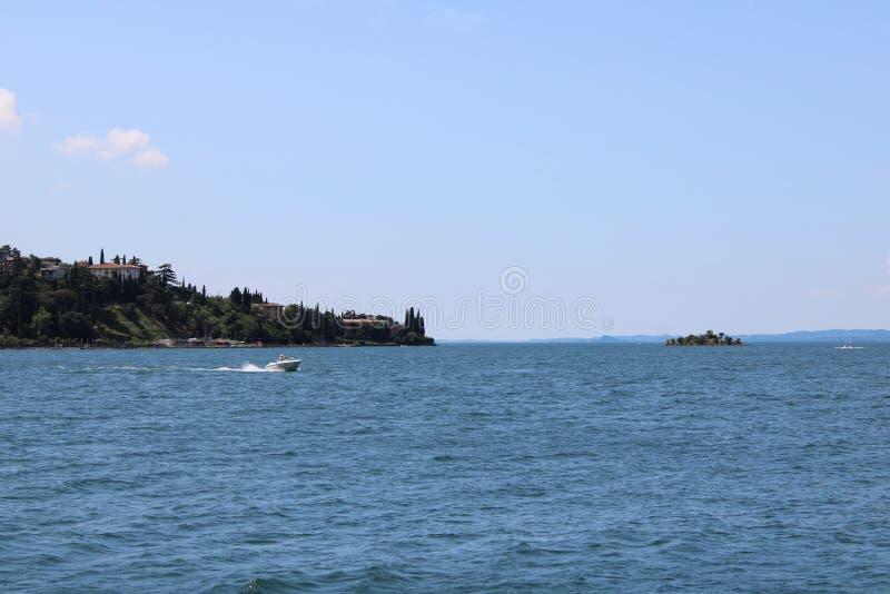 Vista do lago Malcesine Itália Garda foto de stock royalty free