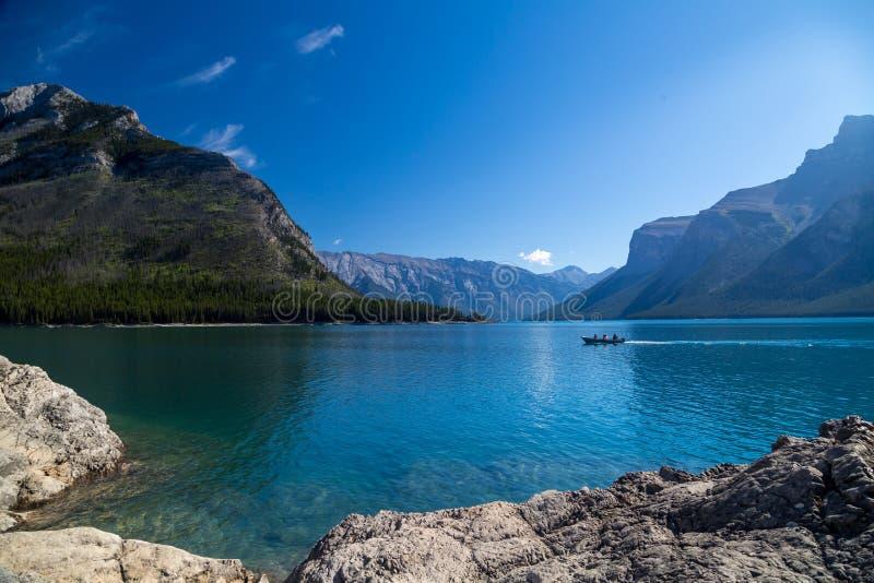 Vista do lago Minnewanka nas Montanhas Rochosas foto de stock