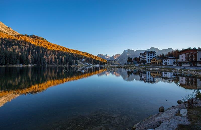 Vista do lago Misurina imediatamente depois do por do sol Montanha de Sorapiss no fundo Dolomites, Italia imagens de stock