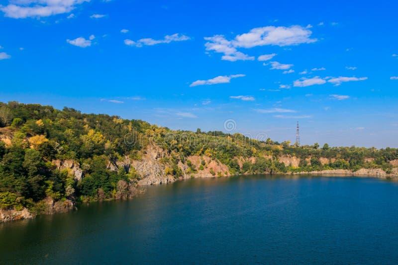 Vista do lago na pedreira abandonada no ver?o fotos de stock royalty free