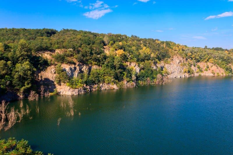 Vista do lago na pedreira abandonada imagens de stock