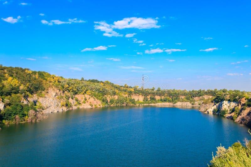 Vista do lago na pedreira abandonada fotos de stock