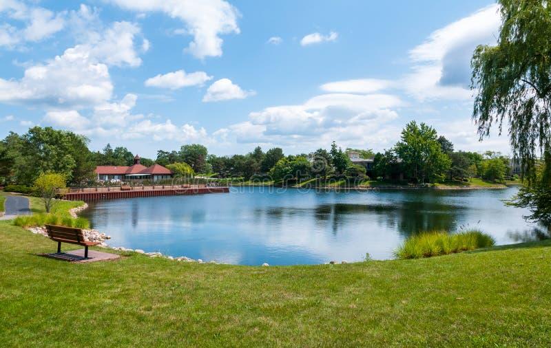 Vista do lago na subdivisão de Northbrook fotos de stock royalty free