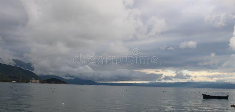 Vista do lago Ohrid imagem de stock