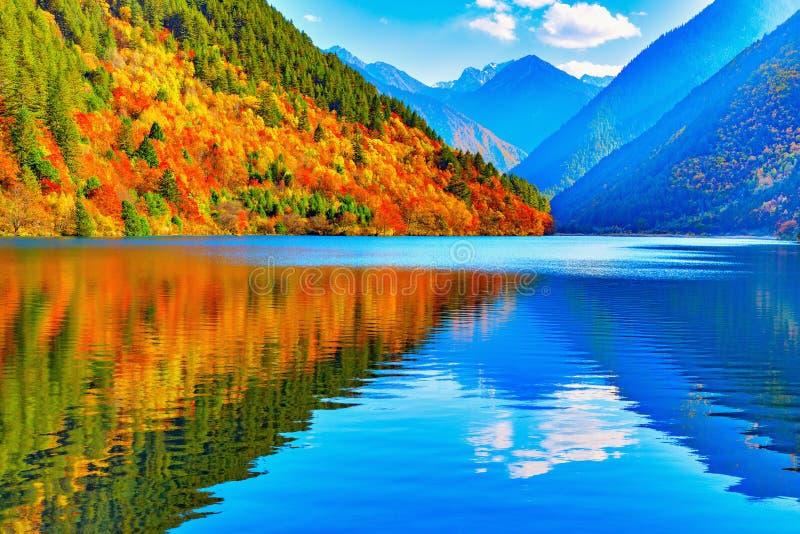 Vista do lago panda no tempo do por do sol do outono imagens de stock