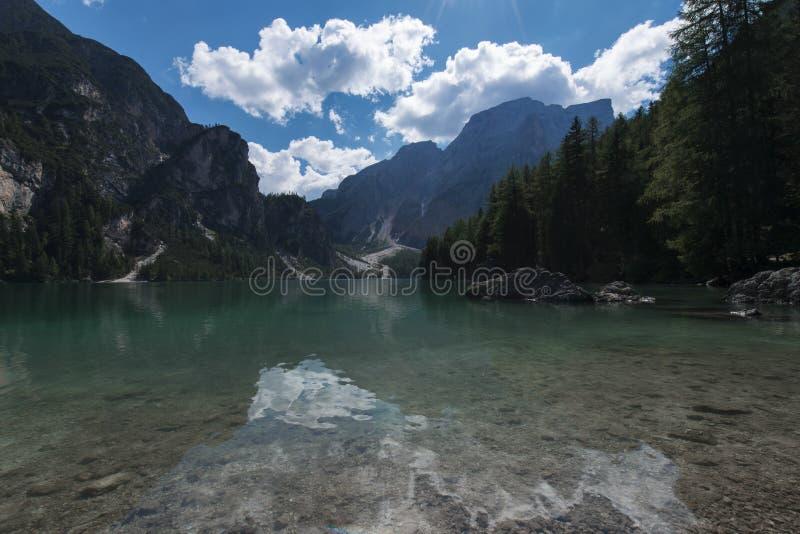 A vista do lago Pragser Wildsee Braies, igualmente chamou Lago di Braies ou lago Prags em montanhas das dolomites, Trentino, Itál imagens de stock