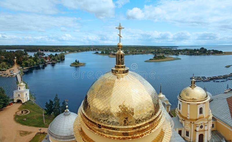 Vista do lago Seliger e do monastério de Nilo-Stolobensky da abóbada Rússia foto de stock