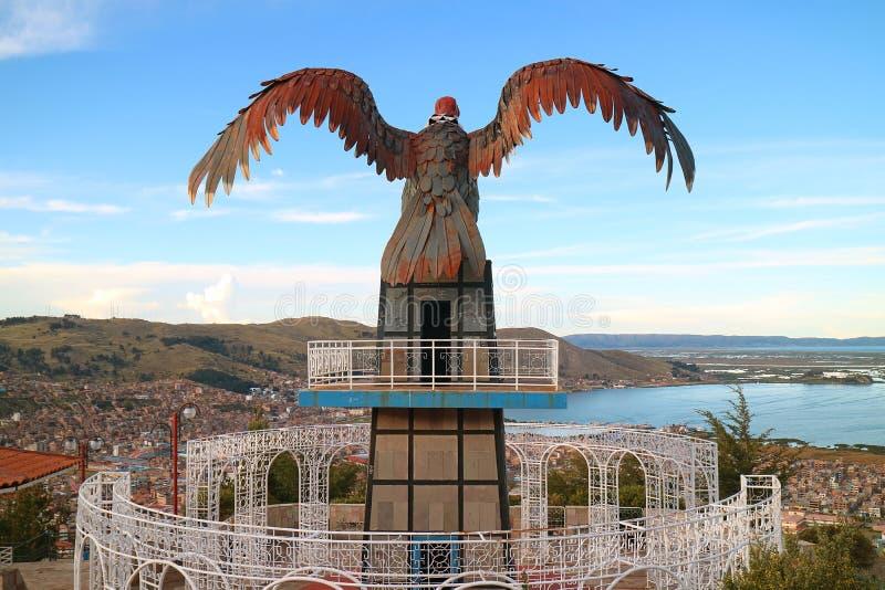Vista do lago Titicaca e da cidade de Puno do ponto de opinião do monte do condor com uma escultura enorme do condor, Puno, Peru, imagens de stock