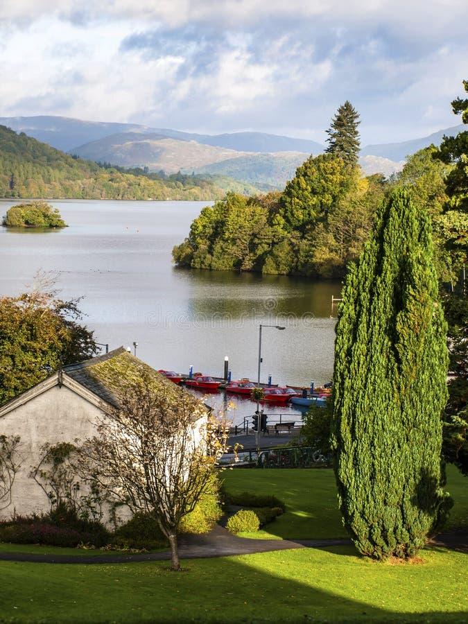 Vista do lago Windermere em Cumbria o distrito inglês do lago fotos de stock