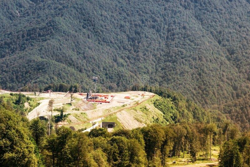 Vista do local o complexo do montanha-esqui nas montanhas fotos de stock