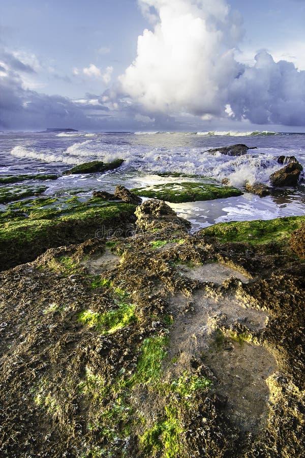 Vista do mar com as rochas no primeiro plano fotografia de stock royalty free
