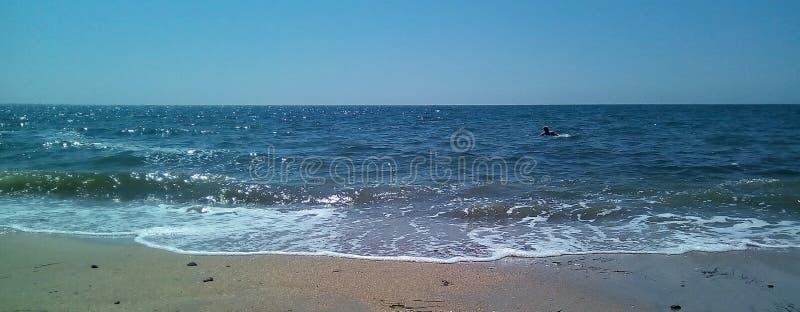 Vista do mar da costa em um dia ensolarado Mar calmo com ondinhas claras na superfície da água e das ondas pequenas fotos de stock