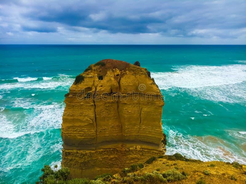 Vista do mar, das ondas, da praia e do céu nebuloso nos doze apóstolos, Victoria foto de stock