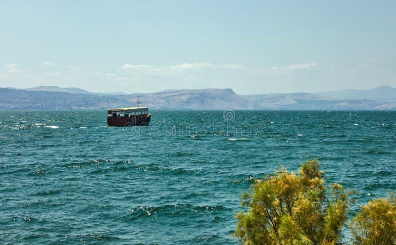 Vista do mar de Galilee com um barco de prazer da zona leste em um dia ensolarado do verão, julho foto de stock
