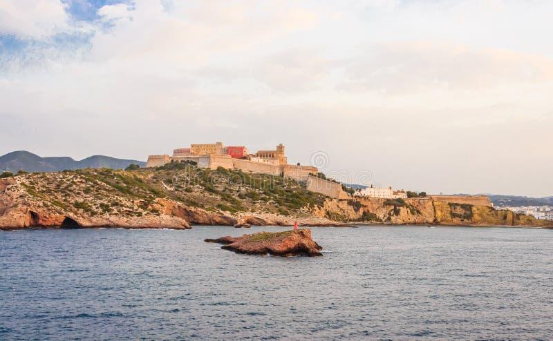 Vista do mar de Ibiza velho e do baluarte que o cerca imagens de stock