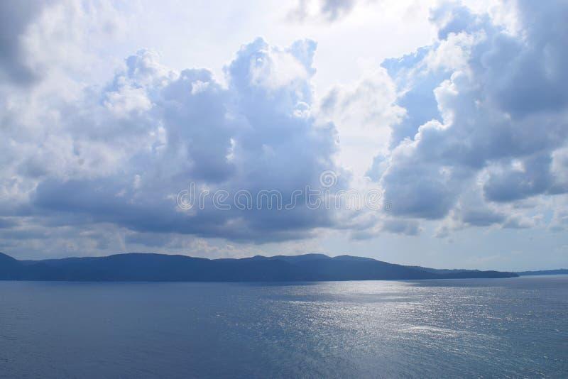 Vista do mar, de ilhas distantes, e do céu nebuloso em Sunny Day brilhante - Chidiya Tapu, Port Blair, ilhas Nicobar de Andaman,  fotos de stock royalty free