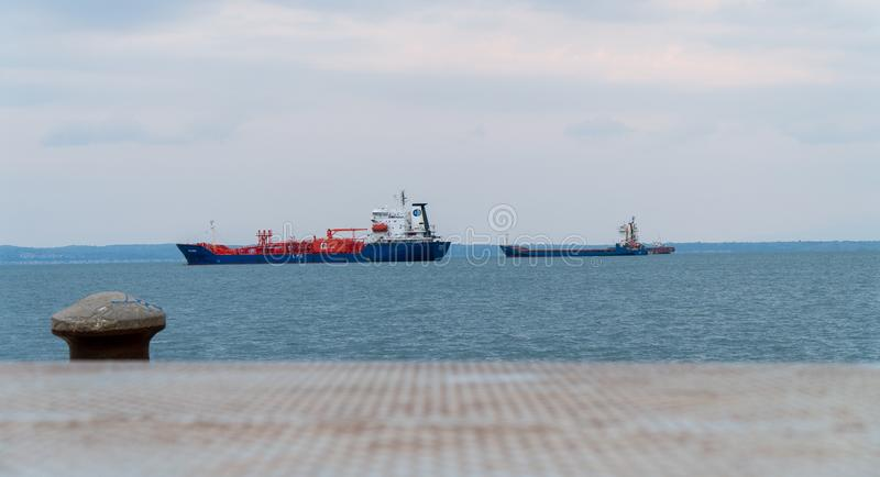 vista do mar de Tessalónica com alguns navios internos e claros do tempo das nuvens e da boa temperatura imagem de stock royalty free
