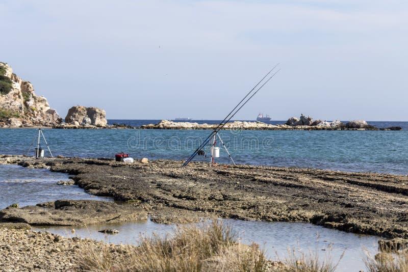 Vista do mar e ilhotas na distância e nas varas de pesca foto de stock