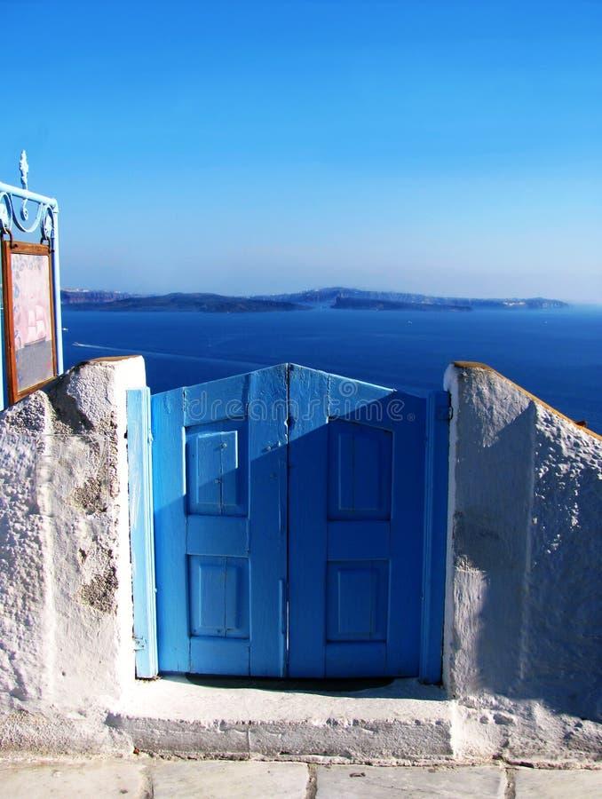 Vista do mar em Oia na ilha Grécia de Santorini fotografia de stock royalty free