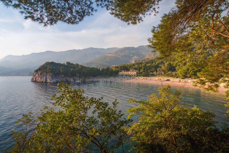 Vista do mar Mediterrâneo e do hotel de luxo perto da praia Parque de Milocer montenegro imagem de stock royalty free
