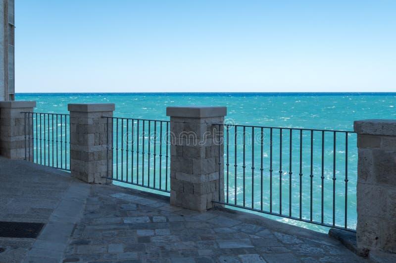 Vista do mar na cidade costeira de Polignano uma égua em Puglia, Itália do sul imagens de stock royalty free