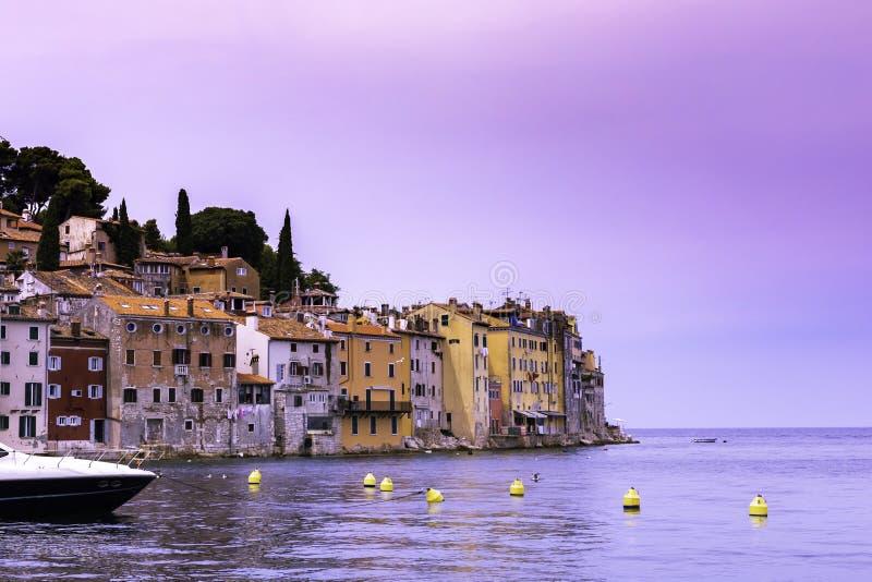 Vista do mar na costa da cidade velha de Rovinj com as casas coloridas no por do sol, Croácia foto de stock royalty free