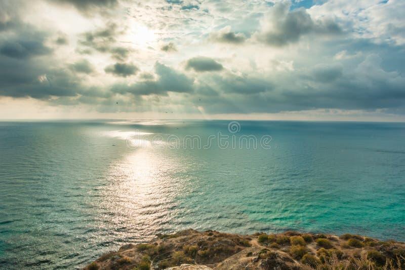 Vista do Mar Negro do cabo Fiolent no por do sol, perto de Sevastopol, península de Crimeia Paisagem pitoresca do mar em HDR fotografia de stock