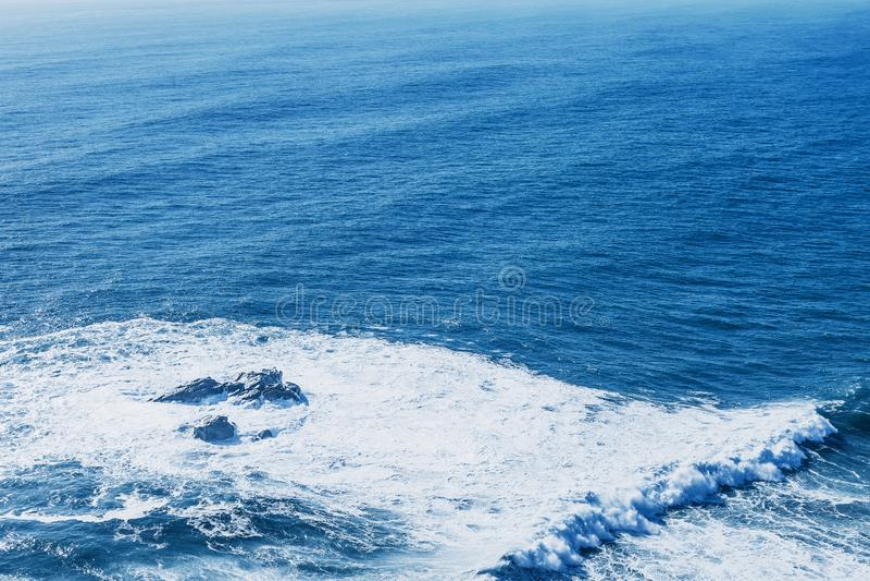 Vista do mar ou do oceano azul fotografia de stock royalty free