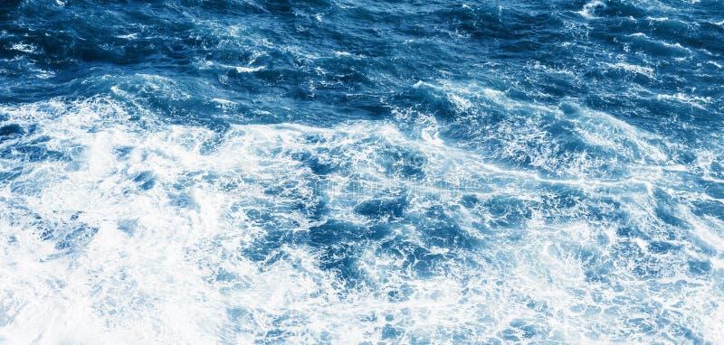 Vista do mar ou do oceano azul imagem de stock