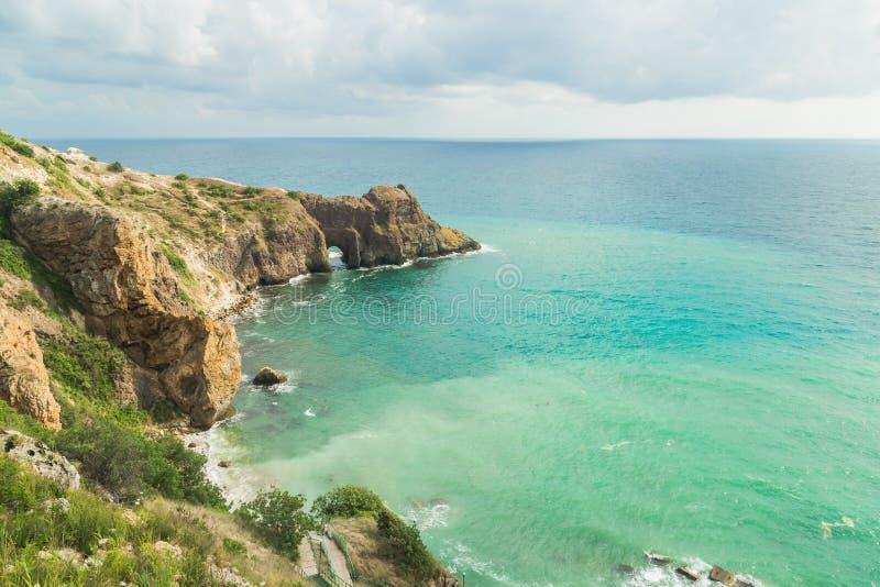Vista do mar do penhasco Baía azul fotos de stock royalty free