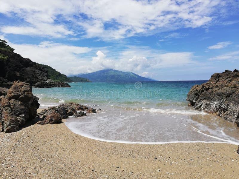 Vista do mar tropical e da praia sonhadora em Mindoro, Filipinas imagens de stock