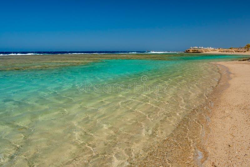 Vista do Mar Vermelho limpo e claro na praia egípcia em Marsa Alam fotografia de stock