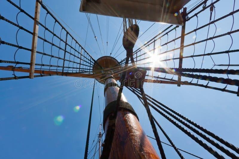 A vista do mastro e o equipamento na vela alta enviam. foto de stock