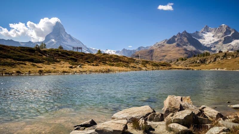 Vista do Matterhorn do Leisee perto de Suíça de Zermatt imagens de stock royalty free