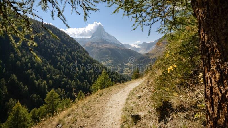 Vista do Matterhorn, a montanha a mais famosa de Suíça foto de stock royalty free