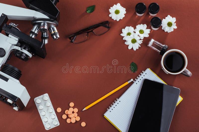 vista do microscópio da montanha com tabuletas e caderno em um fundo de madeira fotografia de stock royalty free