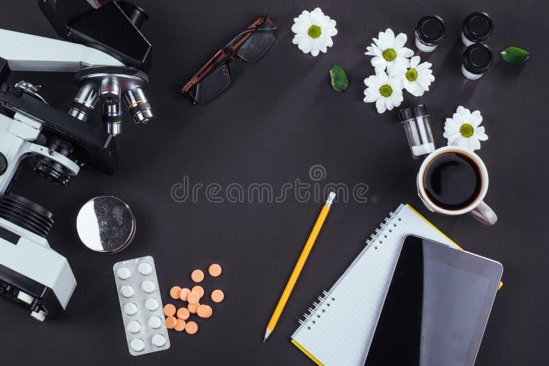 vista do microscópio da montanha com tabuletas e caderno em um fundo preto imagens de stock