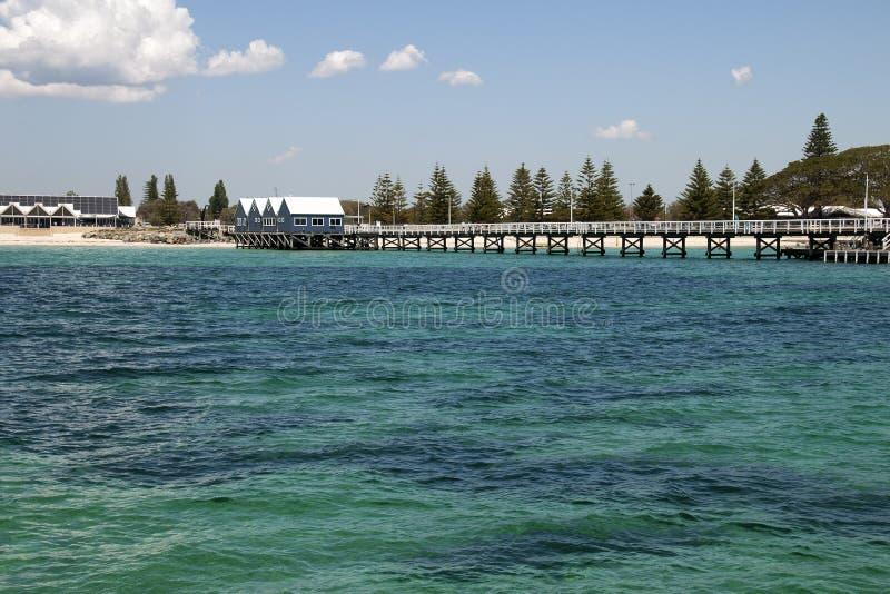 Vista do molhe do oceano que olha de volta à costa fotos de stock royalty free