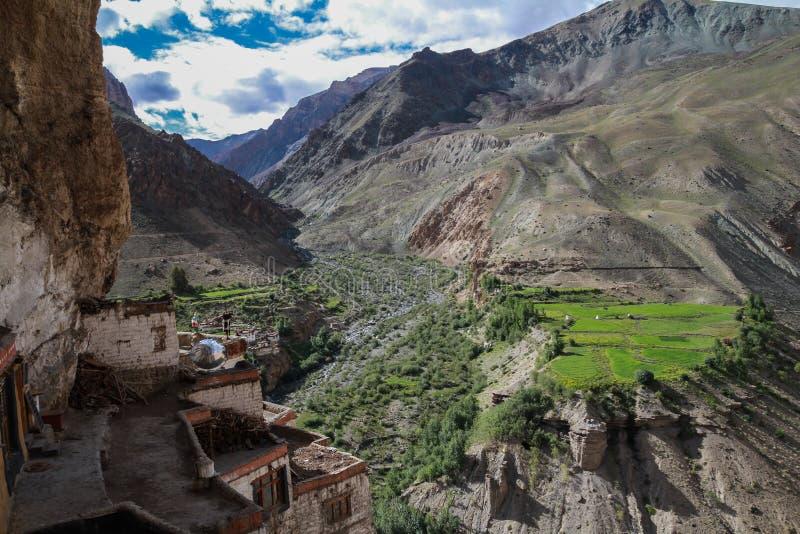 Vista do monastério de Phuktal imagem de stock royalty free