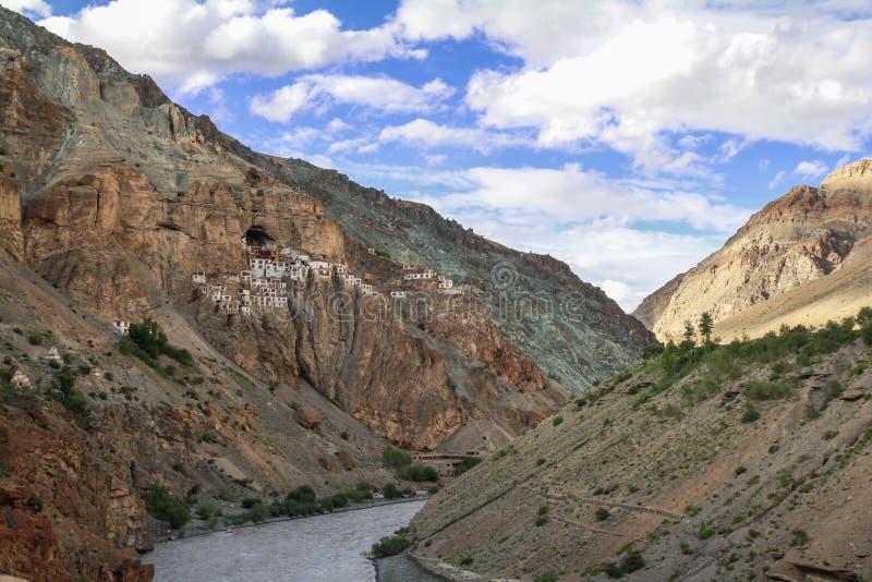 Vista do monastério de Phuktal fotografia de stock royalty free