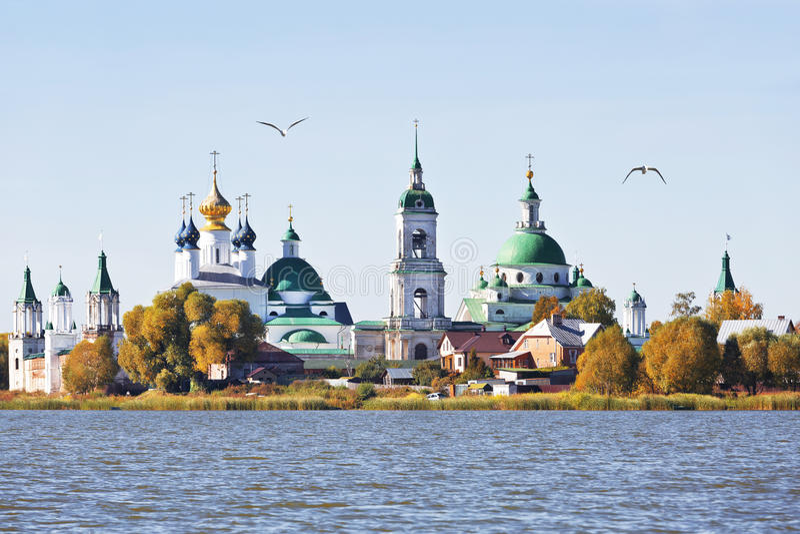 Vista do monastério de Spaso-Yakovlevsky do lago Nero, imagem de stock royalty free
