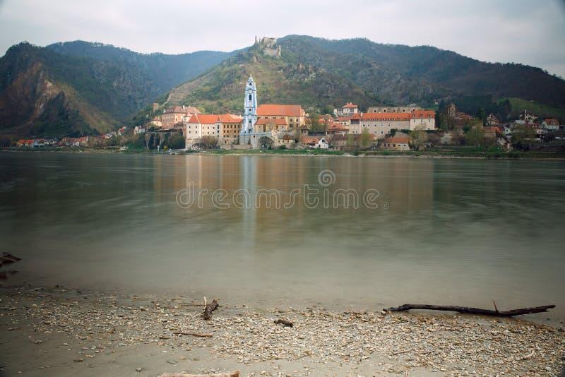 Vista do monastério medieval Duernstein no rio Danúbio Vale de Wachau, Baixa Áustria fotografia de stock